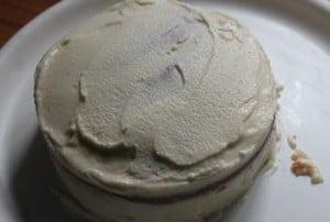 çilekli yaş pasta tarifinin üzerini krema ile kaplama